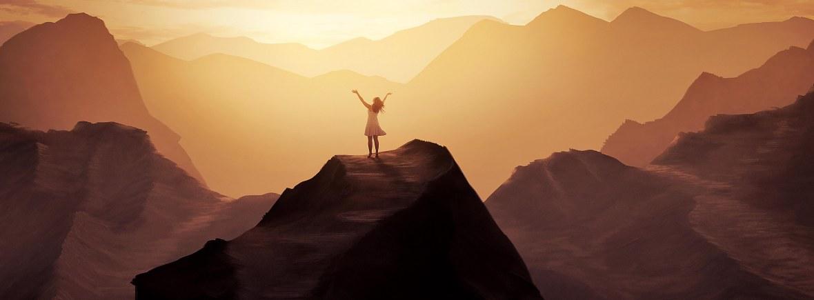 femme-en-priere-sur-une-montagne